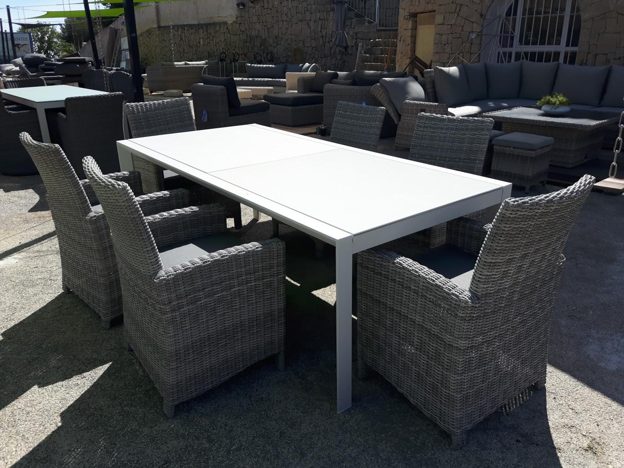 Tuinmeubelen schaduwdoeken pergola 39 s tafels stoelen lounge sets outlet home - Tafel en witte stoelen ...